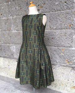 ふんわりスカートで女性らしいデコルテです